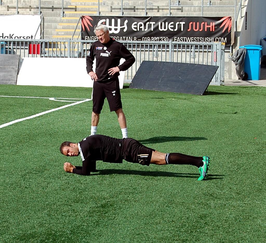 Andreas Haddad tränar magmusklerna under överinseende av Örebro Rehabcenters Ulf Gustavsson.
