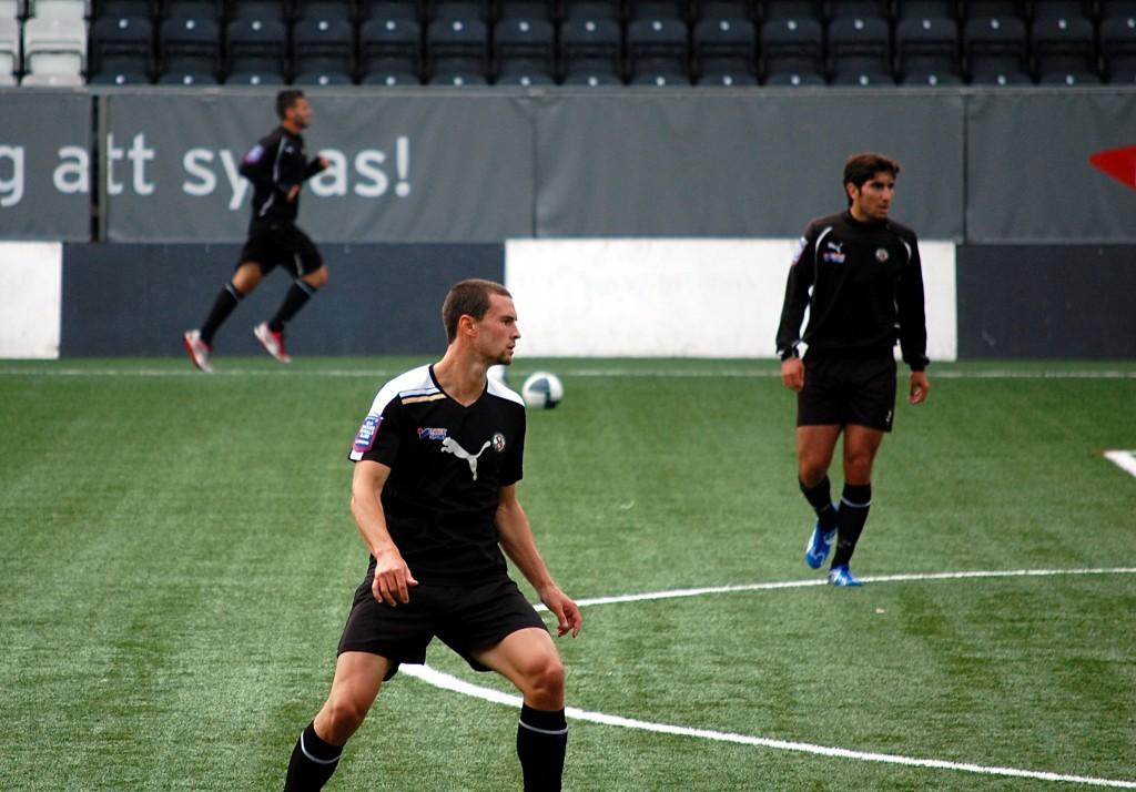 Austin Berry i klassisk mittbacksställning under sin provträning med ÖSK sommaren 2012.