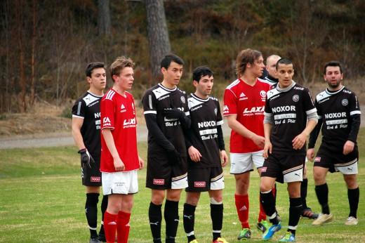 Så här tät var tyvärr inte försvarsmuren i början av matchen. Från höger: Alessandro Eni, Paolo Rojas, Davide Bracaglia, Hamid Sadid, Mathias Dimberg (skymd) och Rafail Kiose.