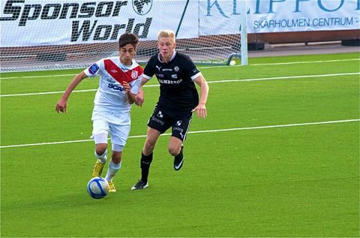 """August Ciklunds fina målform håller i sig. Här i aktion på Peter Fardelins foto från den """"lilla seriefinalen"""" mot Assyriska FF i den förra omgången."""