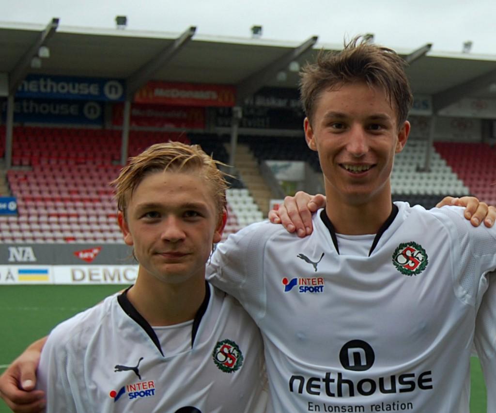 Det var tider det. Adam Eriksson och Pontus Jakobsson i ÖSKs vackra svartvita klubbdräkt. (Bilden är från år 2010).