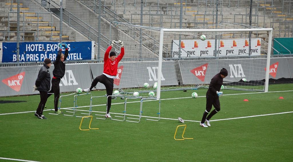 Fysträning för målvakterna under överinseende av Anders Karlsson.