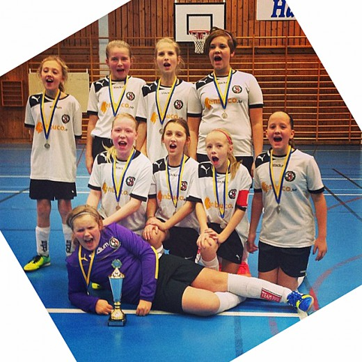ÖSK F02 tog silvermedaljerna i Örebrocupen. (Foto: Roxana Sundström)