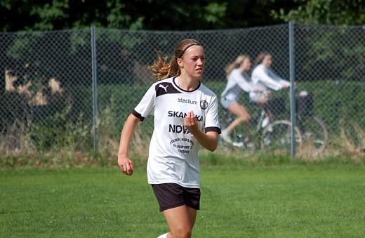 Det blir svartvitt även i år för Freja Olofsson som dock kommer att träna en hel del med KIF Örebro.