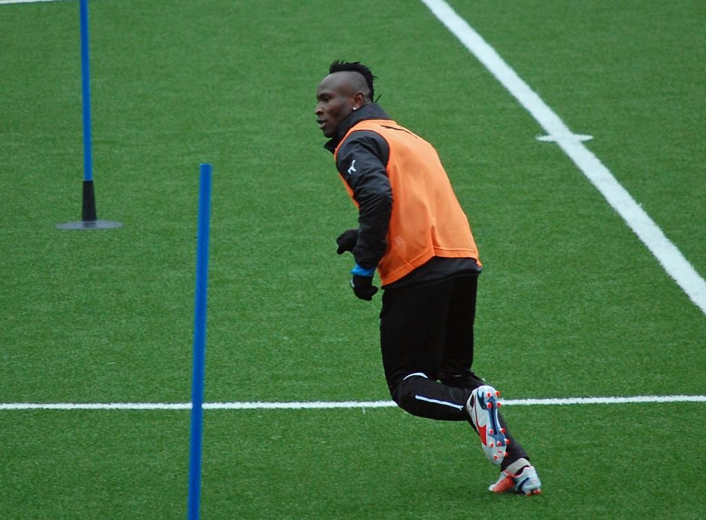 Samuel Mensah är försatt ur spelbart skick efter en knäoperation.