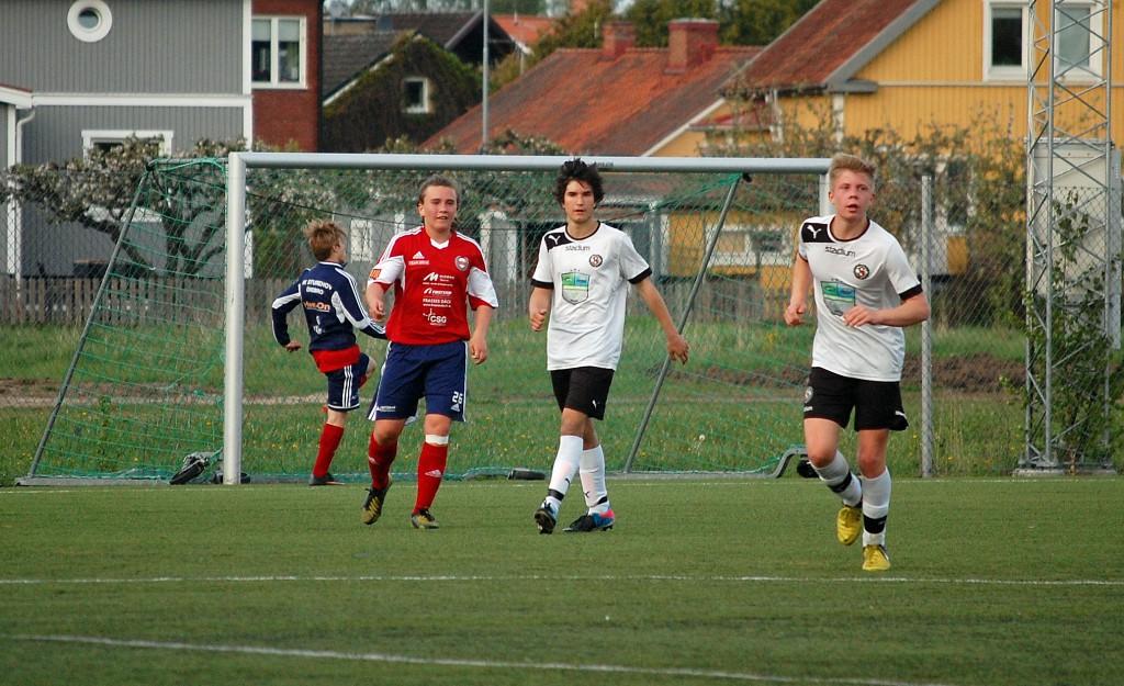 Almin Masic (centralt) blev matchvinnare för ÖSK med sina två mål. Här tillsammans med Emil Trobäck.