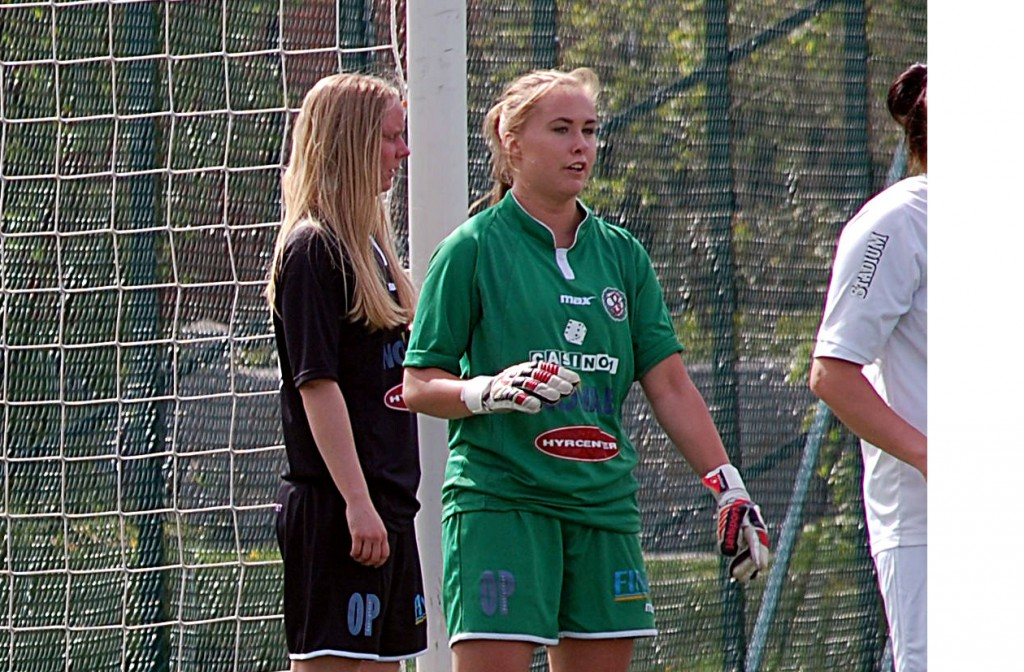 Ida Lindell hedrades av ÖSKs 10-årsförening i samband med dagens allsvenska fotbollsmatch