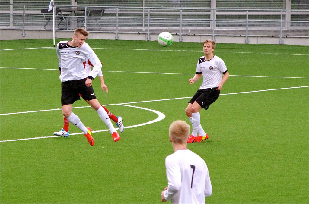 ÖSKs mittbackar Carl Ekstrand Hamrén och Oskar Ålgars hade en minst sagt händelserik dag på jobbet. (Foto: Peter Fardelin från U19-matchen mot Älvsjö)