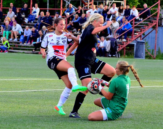 Marie Ståhlberg och Ida Lindell försvarar Söders mål. (Foto: Västerås BK30).