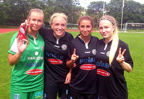 Ida Lindell, Marie Ståhlberg, Camilla Erkisi och Sara Sandberg gläds över Söderdamernas vinst mot Lidingö.