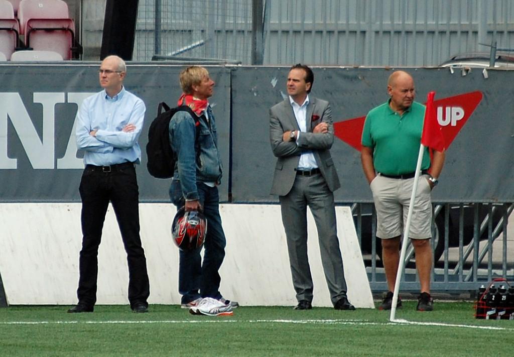 Jan Karlsson inspekterar tillsammans med Lennart Sjögren, Mats Dahlberg (Radiosporten och P4 Örebro) samt Roger Andersson (Spelarinvest och Örebroporten).