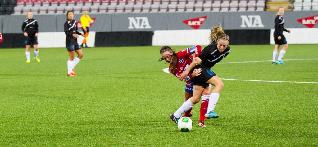 Freja Olofsson i kamp om mittfältsherraväldet i årets DM-final för F17. (Foto: Wilma Brogren).