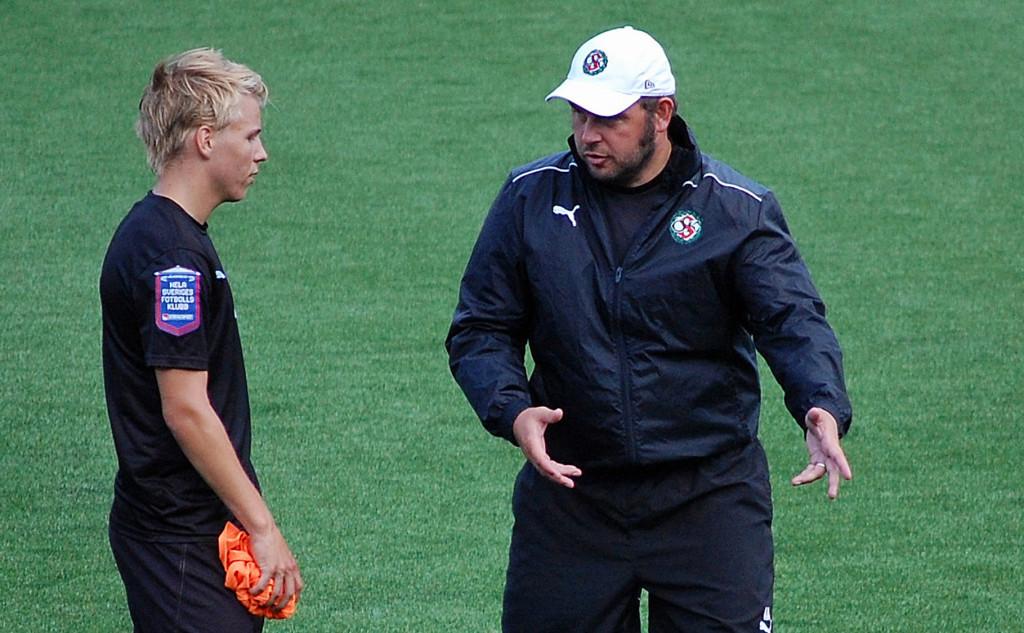 Alexander Axén instruerar Sebastian Ring under en träning hos ÖSK (augusti 2013).