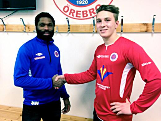 Samuel Wowoah hälsar Filip Albertsson välkommen till Karlslund Arena.