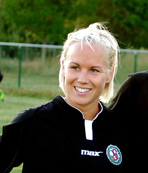 Hanna Åbom byter från stor till liten boll.