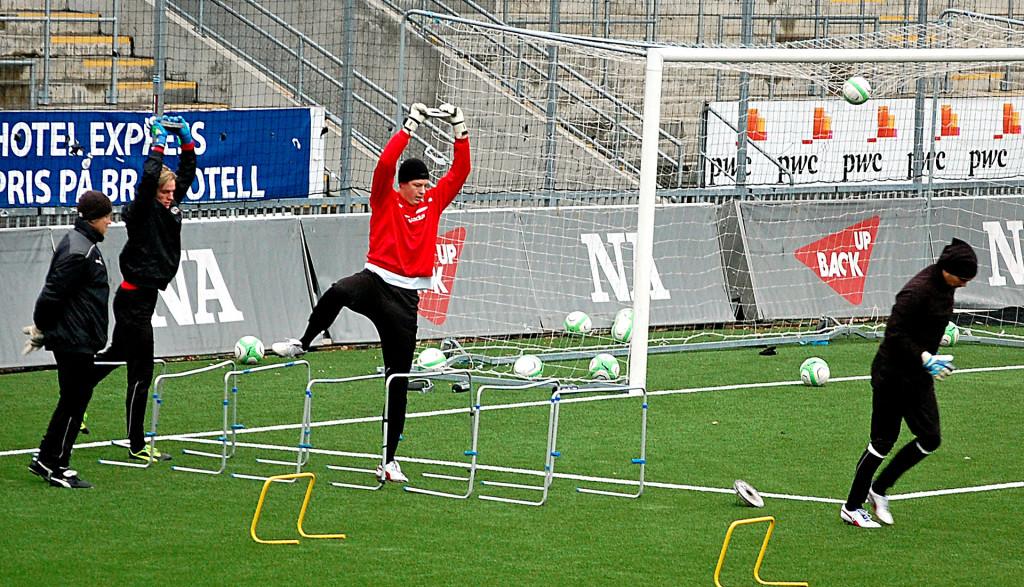 Kalle Westdahl i träning på Behrns tillsammans med Jacob Rinne och Oscar Jansson.