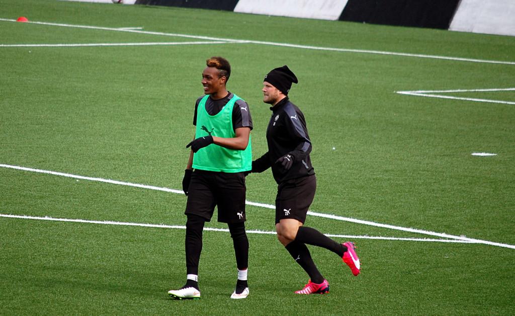 Michael Seaton ser ut att trivas med fotbollslivet i Örebro.