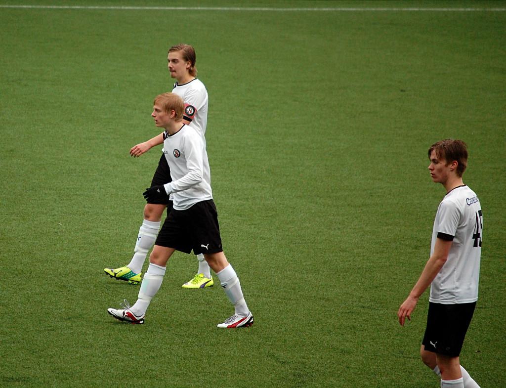 ÖSKs mittbackar fick jobba hårt för att freda det egna målet, då ÖSK mötte Täby FK.  Här får Oskar Ålgars och Carl Ekstrand Hamrén understöd av Mikael Loön.