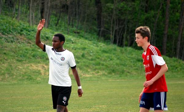 Odilon Sangwa har fått en plats i 00:ornas första landslagstrupp. Här tillsammans med en för mig okänd spelare från IK Sturehov.