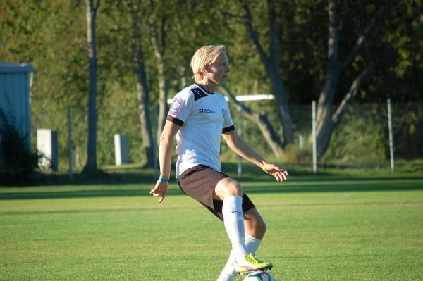 Mikael Loön fick jobba hårt på det centrala mittfältet då ÖSKs juniorer mötte IK Sturehov i en DM-semifinal.