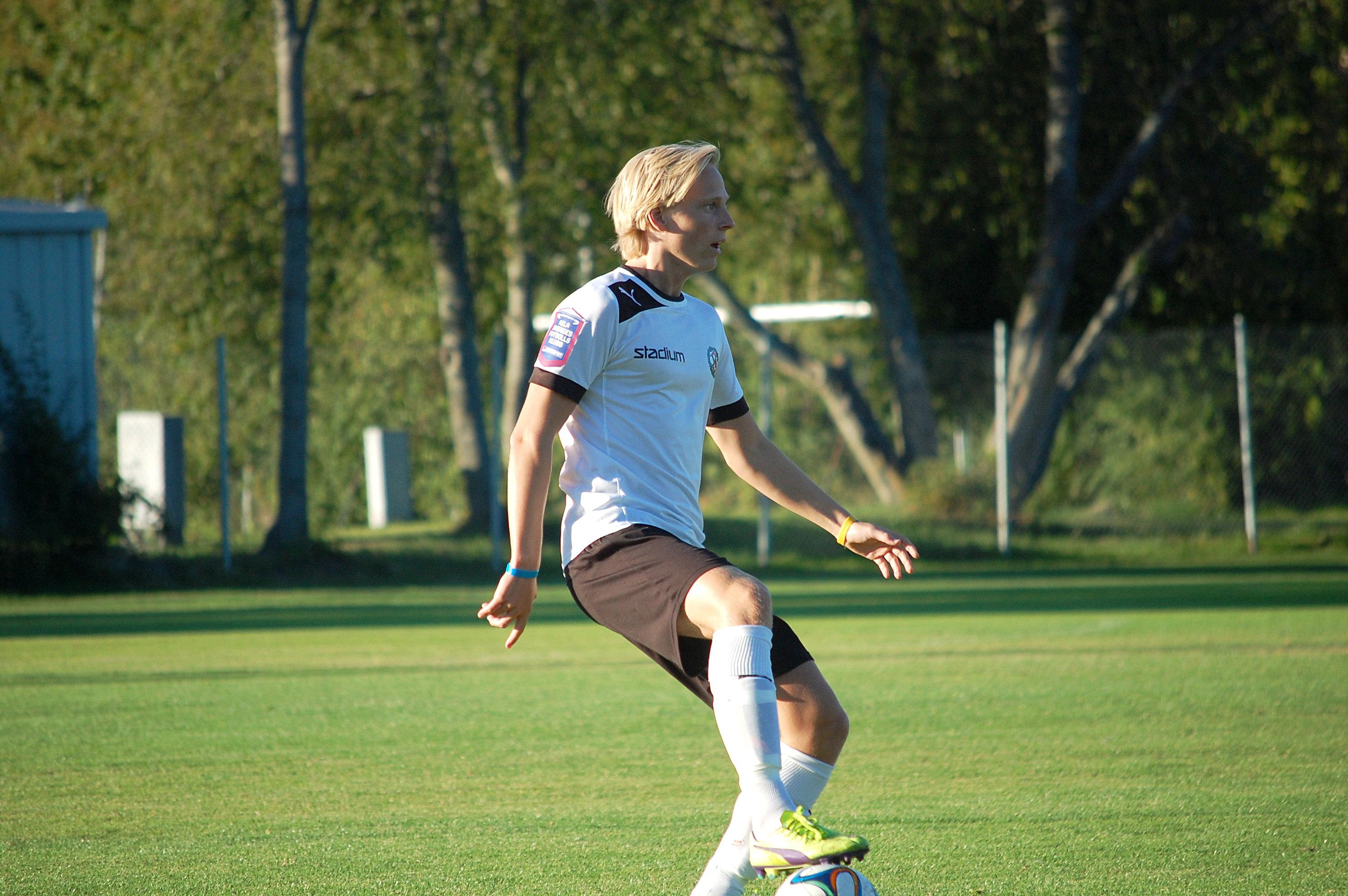 Mikael Loön fick jobba hårt på det centrala mittfältet då ÖSKs juniorer  mötte IK Sturehov i 7701b848ede26