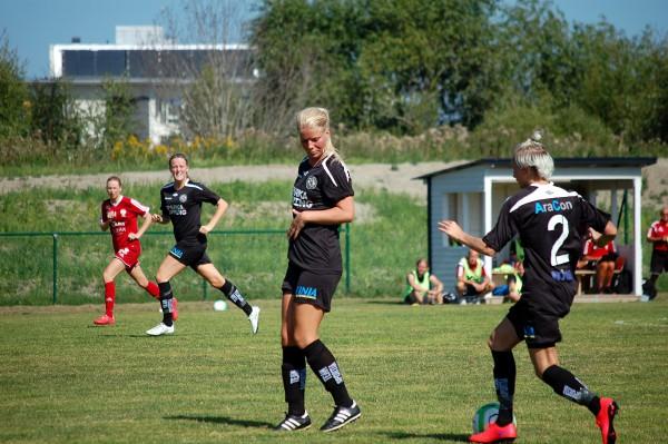 Emma Tivemoo gör sig smal för att Elin Börjessons passning skall nå fram till Anna Meier.