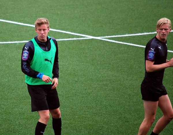 ÖSKs två tremålsskyttar i U21-matchen mot Åtvidaberg. Jonathan Lundberg och på väg ut ur bilden Kalle Holmberg.