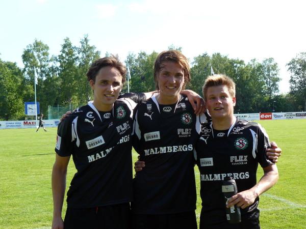 Marcus Astvald på ett målgörarfoto från juni 2008 (bortaseger mot IFK Kumla med 2-0). Tillsammans med Paul Munster och Philip Öhlund.