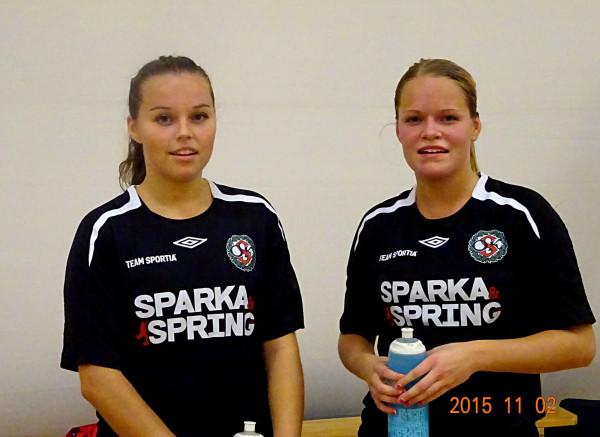 Caroline och Josefine Zaandén ser rätt nöjda (och lite trötta) ut efter att ha vunnit sin första match för ÖSK Söder.