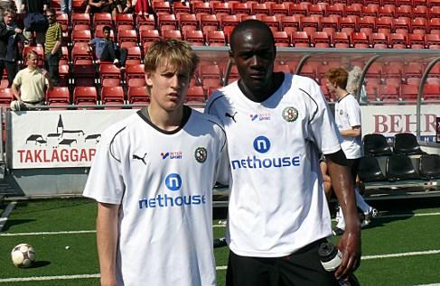 Bloggen har letat i sitt fotoarkiv och funnit detta foto från år 2009 med Daniel Björnqvist och Boris Lumbana. (ÖSK Ungdom - Sköllersta IF (0-1).
