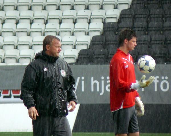 En regning majdag år 2009. Peter Rosendal tränar under överinseende av Lasse Zetterström.