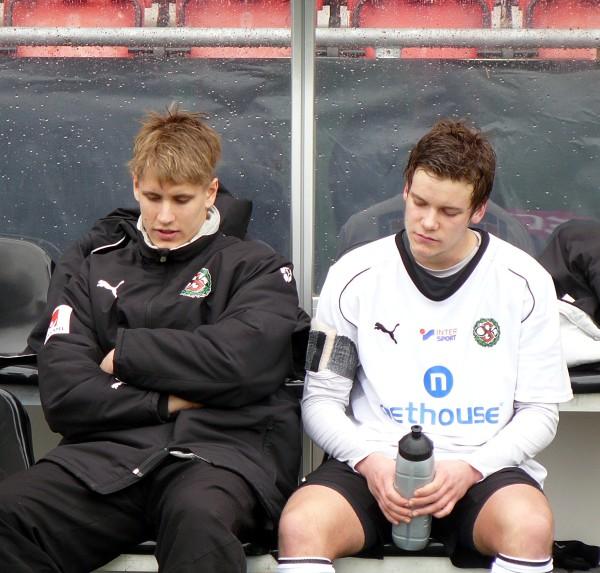 Gustav Källberg på bänken tillsammans med en väl påpälsad Daniel Björnqvist (2010)
