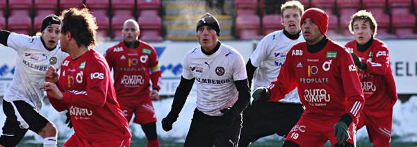 Bilden är från år 2006 då ÖSK mötte Degerfors i en träningsmatch i mitten av februari. Till vänster är det Mirza Jelecak och till höger Sebastian Henriksson. Av degerforsarna känns Henrik berger igen.