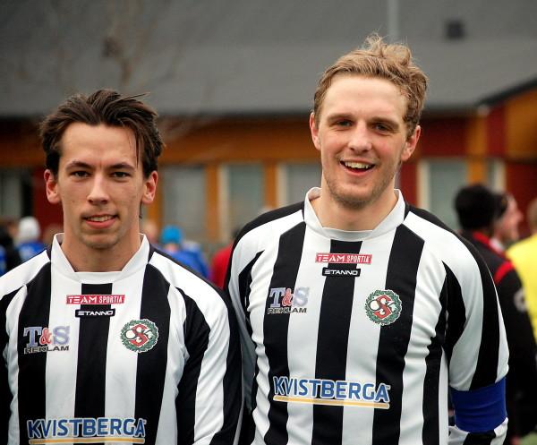 """Ett målgörarfoto trodde jag innan det visade sig att Mikael Remnefors """"bara"""" var framspelare till Fredrik Jonssons mål.  Eric Kvarnström  (till höger) gjorde två och var dessutom lagkapten och matchens lirare."""