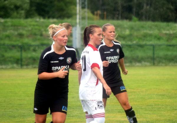 Klara Thorsén och Josefine Zandén har koll på Telges duktiga Jessica Nordling.