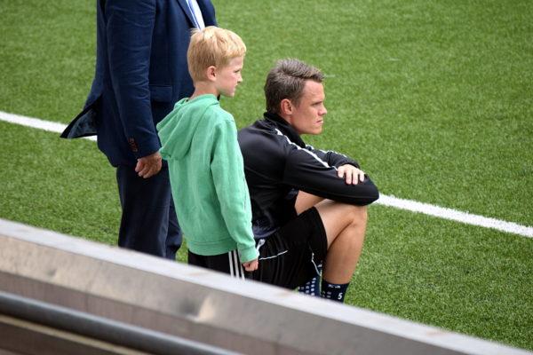 Frågetecken för Erik Moberg som satt vid sidan av då lagkamraterna spelade på stor plan.