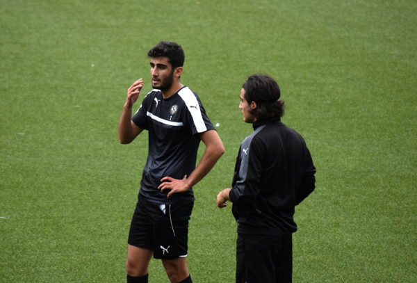 Ferhad Ayaz i samspråk med Mirza Turan.