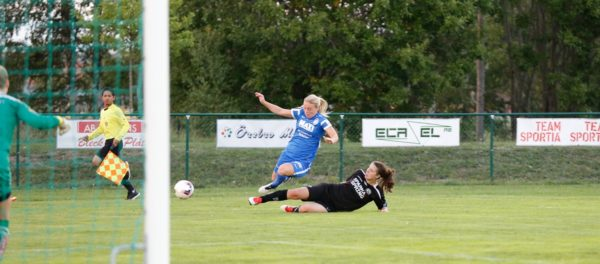 Tjejerna i Söders mittförsvar älskar att glidtackla. Här är det LIsa Sundell som visar ett prov på denna ädla konst.