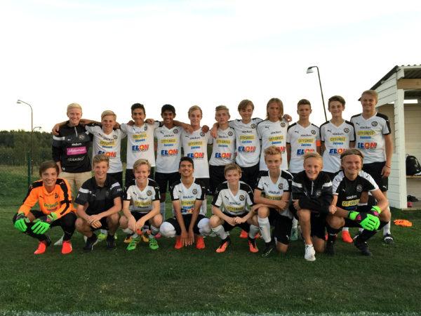 U14: Glada seriesegrare efter vinstmatchen mot Karlslunds IF.