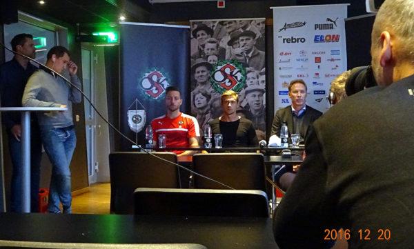 Filip Rogic presenteras som ÖSK-spelare på dagens presskonferens.
